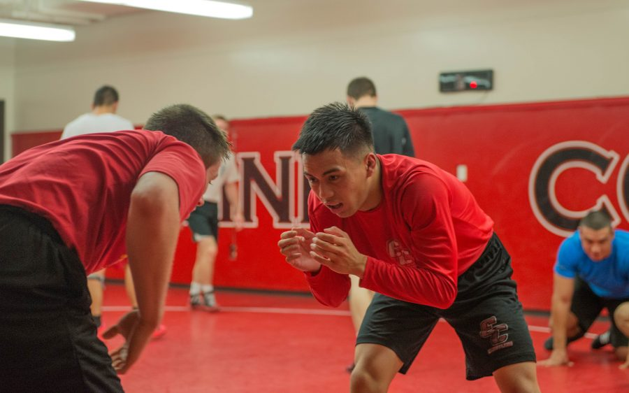 Aaron+Aquino+and+Tanner+Robson+drill+takedowns+during+practice+on+Nov.+29%2C+2016.+