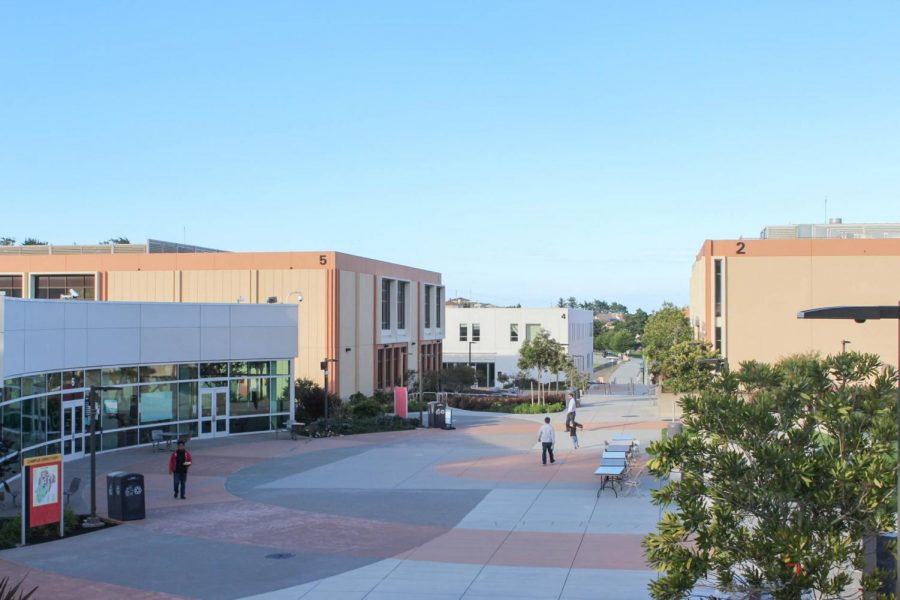 Students+walk+around+the+Skyline+College+campus+quad+on+April+18%2C+2018.+