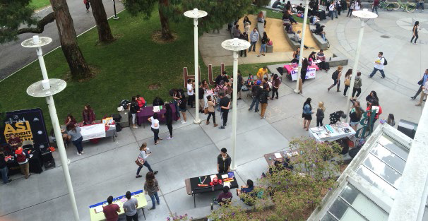 Students+peruse+frats%2C+sororities%2C+and+clubs+during+rush+week+at+SFSU.
