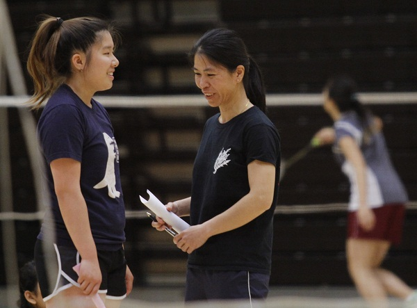 Assistant Coach Anna Nguyen giving advise to a Trojans player during the march 7 tournament between matches.